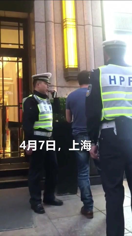 日本男子乱穿马路顶撞警察被怼:别拿大使馆压我,这里不是一百年前的上海!