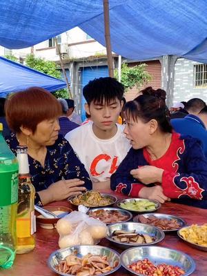 给大家郑重的介绍一下,我左边这位是我妈妈,有人她在说什么吗?